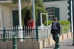 Voormalig minister van Financiën Hiroshi Shigemoto op weg naar het gerechtsgebouw - foto: The Daily Herald/John Halley