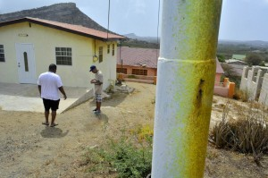 Groen-gele aanslag op huizen en straatmeubilair in de wijk Wishi