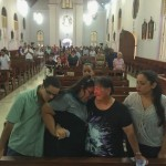 Familie van Mitch Henriquez tijdens de mis op Aruba - foto: Ariën Rasmijn