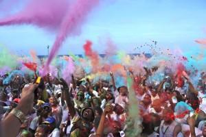 Vijfduizend deelnemers doen op Curaçao mee aan de Color Walk, veel enthousiastelingen grepen zelfs naast een t-shirt - foto: Anneke Polak