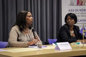 De Curaçaose gevolmachtigde minister Marvelyne Wiels beantwoordt vragen van het publiek tijdens een bijeenkomst in Tilburg - foto: John Samson