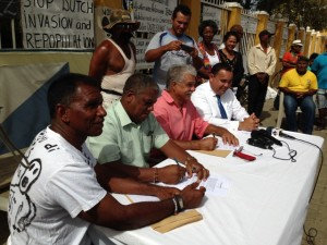 James Finies, James Kroon, Robby Beukenboom en gezaghebber Edison Rijna tijdens de persverklaring – foto: Janita Monna