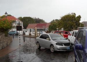 Ook het verkeer ondervindt overlast. Tijdens een buitje worden de kinderkopjes in het wegdek van Oranjestad spiegelglad, met aanrijdingen tot gevolg.