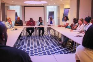 Raadsleden van Saba luisteren aandachtig naar de persoonlijke en moeilijke verhalen van de Sabaanse studenten die in Nederland studeren. - foto: John Samson