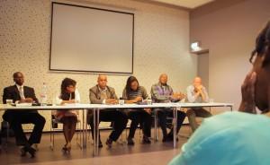 Voorafgaand aan de vele bijeenkomsten met Haagse politici, praat de delegatie van raadsleden en wethouders van Sint Eustatius de aanwezigen bij over de ontwikkelingen op het eiland - foto: John Samson