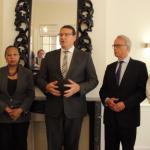 Na uren lang vergaderen geeft de Arubaanse regeringsvertegenwoordiger Alfonso Boekhoudt een korte verklaring. - foto: John Samson