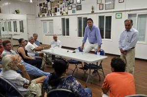 Vertegenwoordigers van de Evaluatiecommissie praten met Sabanen  - Frans van Drunen