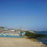 De fabriek grenst aan de zee