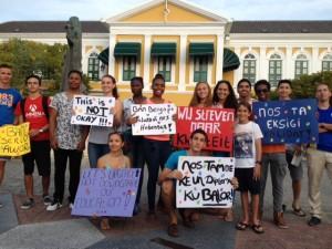 Een groep leerlingen eist dezelfde exameneisen als in Nederland - foto: Anneke Polak