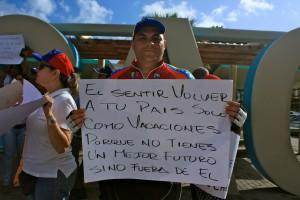"""""""Alleen voor vakantie terugkeren naar je land omdat een betere toekomst in het buitenland ligt"""", stond tijdens eerder protest op het Wilhelminaplein van Venezolanen op een protestbord - foto: Anneke Polak"""