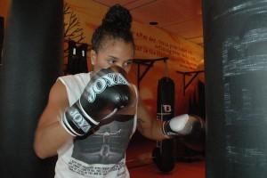 Jemyma Betrian aan het oefenen op de bokszak - foto: Pieter Hofmann