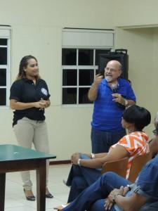 Errol Cova in gesprek met leraren - foto: Fundashon KPEK