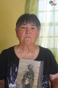 Moeder Maria met een kinderfoto van Mitch - foto: Sharina Henriquez