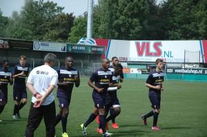 Shayron Curiel (vijfde van links) op de training bij FC Dordrecht. Foto: Pieter Hofmann.