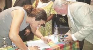 Archeologen Corinne Hofman en Jay Haviser tekenen exemplaren van hun boek - foto: Hilbert Haar