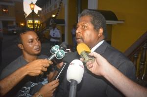 Ben Whiteman staat de pers kort te woord nadat hij is ingezworen als nieuwe premier van Curaçao
