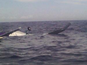 Omringende boten waren snel ter plekke - foto: Augustinos Hassel