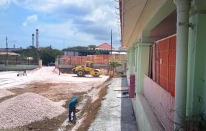 Bij  de Goslingaschool in Otrobanda is de renovatie eind juni gestart en loopt voorlopig door (foto: Elisa Koek)
