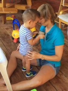 kinderfysiotherapeute Stéphanie Van Gaal aan het werk met een van de jonge cliënten van Micky's Foundation.