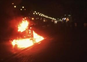 Een electronische wegwijzer werd in brand gestoken door manifestanten. Foto: Ariën Rasmijn