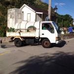 Een vrachtwagen brengt drinkwater rond op Saba.