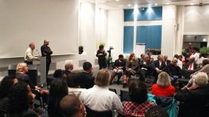 Schrijver Jopi Hart in gesprek met het publiek in Amsterdam over criminaliteit en agressiviteit onder Curaçaose jongeren - foto: John Samson