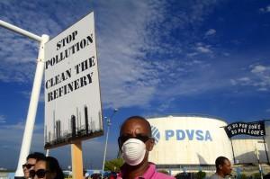 Voor bewoners hoeft de raffinaderij niet te sluiten, hij moet  schoner prodcueren | Foto: Dick Drayer