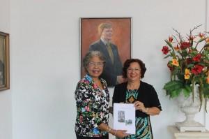 Gouverneur Lucille George-Wout ontving een exemplaar van de scriptie uit handen van Lydia Davelaar .