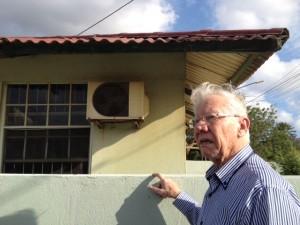 Rechter Peter van Schendel bekijkt de groene aanslag op een woning in Marchena - foto: Anneke Polak