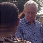 Rechter Peter van Schendel praat met bewoners van Marchena - foto: Anneke Polak