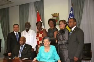 De eerste premier van het land Curaçao Gerrit Schotte (links) met een groot deel van de premiers van het land Nederlandse Antillen - foto: Anneke Polak