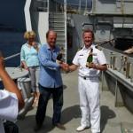 Jan Beaujon en Pelikaan commandant Charlie Dekker ontkurken de champagne - foto: Today / Hilbert haar