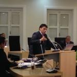 Gedeputeerde Clark Abraham beantwoordt vragen tijdens de Eilandsraadvergadering - foto: Janita Monna