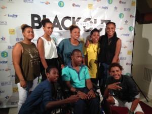 De cast van 'Blackout', met 'Decho' in het gele shirt en Stephherd rechtsvoor - foto: Janita Monna