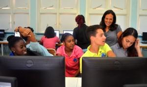 Docente Pamela Lapeña discussieert mee met leerlingen van KAP over de Isla| Foto: Dick Drayer