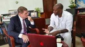 Tyrese Gibson in gesprek met premier Eman. Foto: Aaron Hose