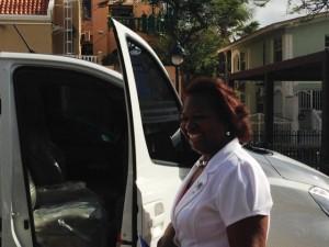 Martha Merenciana voor haar nieuwe bus - foto: Janita Monna