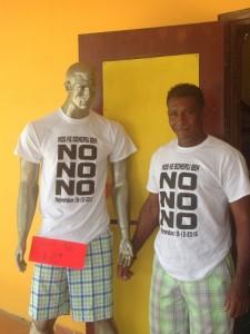 James Finies toont de 'No No No' t-shirts