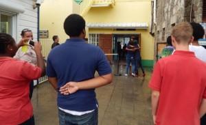 Een van de jongeren krijgt een warm onthaal bij terugkeer op St. Eustatius - foto: The Daily Herald / Althea Merkman