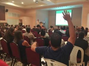 Veel Arubaanse ex-studenten hadden vragen tijdens de bijeenkomst met DUO. Foto: Ariën Rasmijn