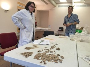 Osteoarcheologe Darlene Weston en archeoloog Raymindo Dijkhoff. Foto: Ariën Rasmijn