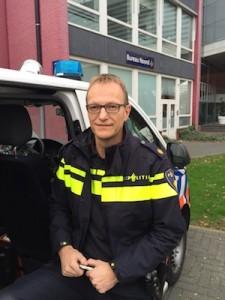 Wijkagent Ronald Bakker van de Zwolse politie - foto: Pieter Hofmann
