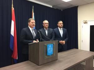Premier Eman, samen met ministers De Meza en Croes tijdens de persconferentie over het preliminair akkord met Citgo, Foto: Ariën Rasmijn