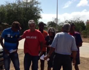 Robby Beukenboom laat mensen zien hoe ze moeten stemmen - foto: Janita Monna