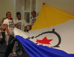 Aanhangers van Nos Ke Boneiru Bèk laten met trots de Bonairiaanse vlag zien bij het Hoofdstembureau als de overwinning van 'nee' nadert - foto: Janita Monna