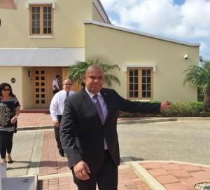 Minister Oduber na afloop van zijn gesprek met de gouverneur begin deze maand. Foto: Ariën Rasmijn