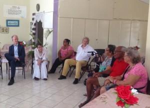 Klijnsma en gesprek met ouderen van Bonaire - foto: Janita Monna