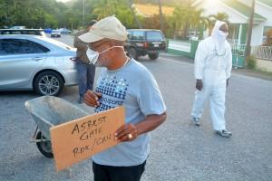 Eugene Angelica demonstreert tegen 'Asbest Gate' | Foto: Dick Drayer