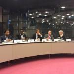 Het panel tijdens de hoorzitting. V.l.n.r. Fardy Lodowica en Jerry Gumbs (oud-omwonenden), Sven Rusticus (stichting GreenTown), Arjen Linthorst (stichting SMOC), en hoogleraar bestuursrecht Herman Bröring (Rijksuniversiteit Groningen).