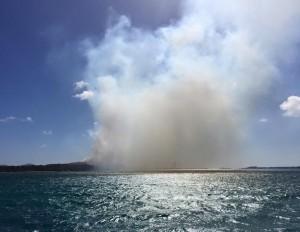 De vuilstortplaats van Parkietenbos gezien vanaf zee. Al dan niet aaangestoken branden zorgen vaak voor enorme rookpluimen. Foto: Anthony Hagedoorn
